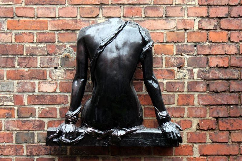 Skulptur Balken sitzend 2